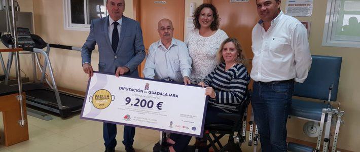 El presidente de la Diputación nos ha etregado el 'cheque simbólico' con la recaudación de la Paella Solidaria